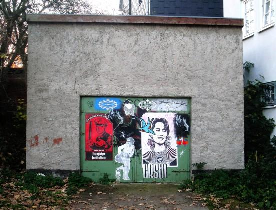 Plakate auf grüner Tür