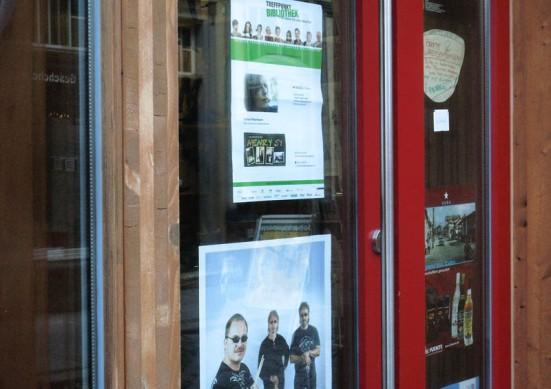 Plakate im Schaufenster